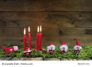 Adventskranz: vier rote brennende Adventskerzen zu Weihnachten